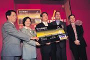 ■吳東亮(左3)緊盯台新金進度,將12歲大的台新銀逼成台灣第2大信用卡發卡銀行。