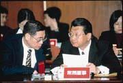 蔡鎮宇(右)是霖園集團進軍商業銀行領域的大將。(左為國泰人壽副董事長劉秋德)