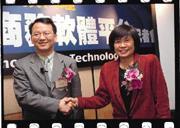 4月17日,張若玫(右)與遠聯科技總經理陳德揚(左)簽下國內代理合約。雖比競爭對手晚三年進軍國內,張若玫卻樂觀的說:從不嫌晚!
