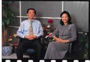 想起公司草創的時期,英泰的靈魂人物曹平霞(右)激動地說:我就是憑著一股氣,怎麼樣都要把公司辦起來(左為英泰台灣區總經理鍾克雄)!