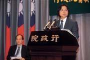 雖然是學者從政,但才上任三個月,葉俊榮(右)就深諳從政之道。