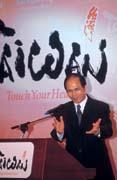 游錫堃的英文一直無法啟齒,一練再練後發現,原來自己是可以的。
