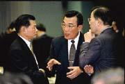 林信義(中)在經發會中一改過去的形象,頻為企業界說話。