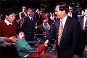 四成五民眾認為,陳水扁(右二)改善了台北市的社會福利。
