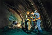 通了!隧道口透出的光亮,似乎也象徵困難重重的高鐵看見了曙光。