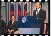 行政院長張俊雄(右)宣布停建核四後,風波不斷(左為林信義)。