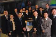 王令台(前排右二)搶得機先,成為第一個直接槓上中華電信的固網業者。