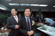 ■蔡明忠(右)、蔡明興(左)兄弟,在有線電視領域快速擴張,引人矚目。