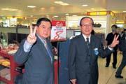 遠東集團董事長徐旭東(左1)入主太平洋SOGO之後,暫時穩住陣腳;但未來仍面臨諸多挑戰。