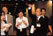王金平(前右)的政治色彩藍中帶綠,與陳水扁和連戰都保持良好的關係。