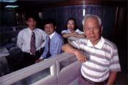 李模(右)對身後東吳法碩乙的學生期望很高。