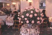 滿室玫瑰花及精緻杯盤所營造的浪漫氣氛,為古典玫瑰園創造了極佳的口碑。