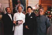 大廚師Jimmy(左二)的精湛廚藝,現在在他的新書中看得到(左起麗嬰房董事長林泰生、亞都麗緻總裁嚴長壽、私立開平高中校長夏惠汶)。