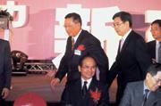 ■游錫(坐者)出席新任理事長郭台強(後排左)交接儀式,淡化建研會深藍色調。
