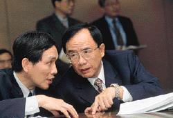 施顏祥(左)仕途幾番波折,終於在林信義賞識下,兩年內先任工業局長,再晉升為常務次長。(右為林義夫)