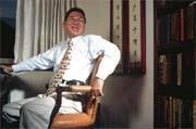 由李敖所坐這一張價值十五萬元的椅子,可見李敖對室內裝修的講究。