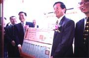 沈慶京(左三)捐出戲偶博物館後,「京華案」終得以在陳水扁(右二)任內過關。