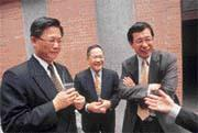 會計師界的巨頭們與魏永篤(中)愉快寒暄之餘,私下卻得緊繃著心情,面對勤業和眾信的合併效應。