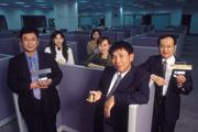 ■黃嘉能(右2)與團隊出身封裝廠工程師,是與日廠子公司最大不同。
