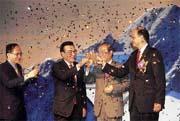黃永仁(右2)、羅邦民(右1)結盟,事前靜悄悄,所以一舉成功,在宣布結盟酒會上,贏得林全(左1)激賞。(左2為林信義)
