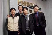 群聯團隊成員,(右起)總經理潘健成、研發副總經理歐陽志光、董事長蔡坤吉及經理伍漢維,穿著打扮仍像學生。