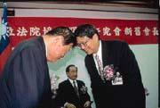 儘管偶有擦槍走火的「狀況」,陳師孟(右)在內閣的權位仍步步高升。