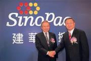 盧正昕(右)強調,合併是找「兄弟」,像建華金控董事長洪敏弘(左)就是他的大哥。