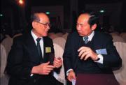 卸任之後,陳博志(右)很隨和,絲毫沒有政務官?的架子。(左為國策顧問黃天麟)