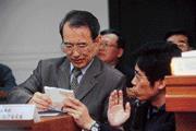 法務部行政執行署追稅能力讓陳定南(左)很滿意,為國庫注入不少財源。