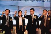 毛治國(左三)誇下豪語:「中華電信要穩坐電信龍頭」,但卻不能保證自己的寶座。