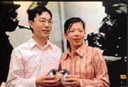 謝維芬(右)的婚前記者會,只談企鵝,不談政治。