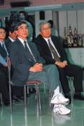 李明亮(左)穿上球鞋,全力「抗煞」。