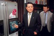 近年來,LG董事長金雙秀(左)致力革新產品形象,如今LG家電已在全球闖出名號。