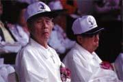 王永慶(左)和王永在(右)表態希望政府全面開放外勞,卻遲遲得不到正面回應。