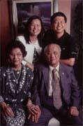 張明正(右後)與陳怡蓁(左後)夫婦歷經三次創業失敗,如今終於苦盡甘來,並出書與世人分享他們的成功經驗(前排為陳怡蓁父母)。