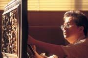 全力投入 剛過55歲生日的許世明,修理古董窗花與做任何事一樣安靜與專注。
