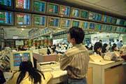 台股因外資匯出而跌得一片慘綠,扁政府說要「投資優先」,但政策總得配合。