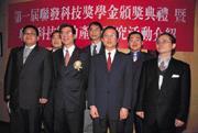 聯發科董事長蔡明介(前排左二)到大手筆發獎學金,把人才培訓的觸角深入校園。
