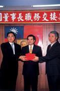 ■上任才一個月的總經理魏巍(右)從龔照勝(左)手上接下台糖諸多未解難題。