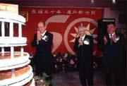 吳伯雄(左)表示,雖然劉泰英(右)拚命為國民黨賺錢,但仍只是勉強平衡而已。