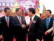 京華城在揚州奠基,政商名流冠蓋雲集(左1為前法務部長廖正豪、中為威京集團總裁沈慶京)。