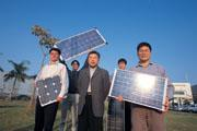 ■現在,左元淮(前排中)的身價與太陽能板一樣,閃耀金光。