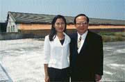 林泉鈺(右)與太太因連法事業而免除口蹄疫的威脅。