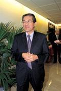 他是陳水扁的學長  馬英九的同學