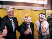 ■蘇一仲(左1)一邊拉著主管搞笑,一邊卻慎重的為泰一電氣重新布局。