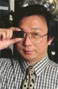 劉明彥手上拿的是目前最小的針孔攝影機。