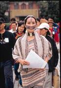 一道彩虹橋與橋上祖靈的眼睛,是泰雅族婦女的紋面傳統。曾罹患肝癌的高金素梅,如今精神奕奕走入國會。