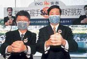 潘燊昌(右)、石寶忠(左)以身作則,呼籲企業帶動員工做好防疫措施。