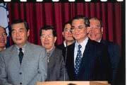 王志剛(左)怕自己道地的「外省面」會留給外界「就是外省人在反李」的印象,所以選擇沉默。