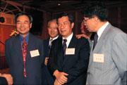 陳哲男(中)從政生涯中游走於藍綠之間,在立法院最需要的合縱連橫上,扮演不可或缺的協調角色。